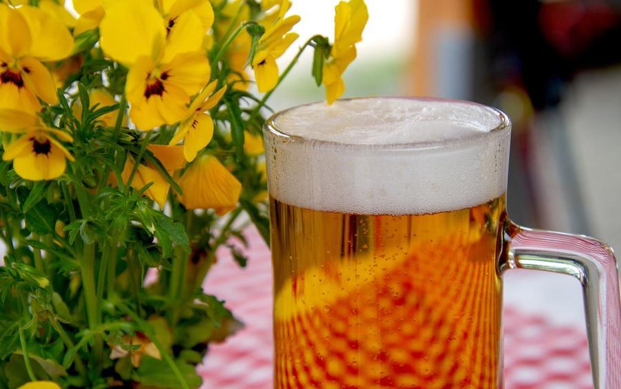 Oktoberfest - Bierglas und Blumenstrauß