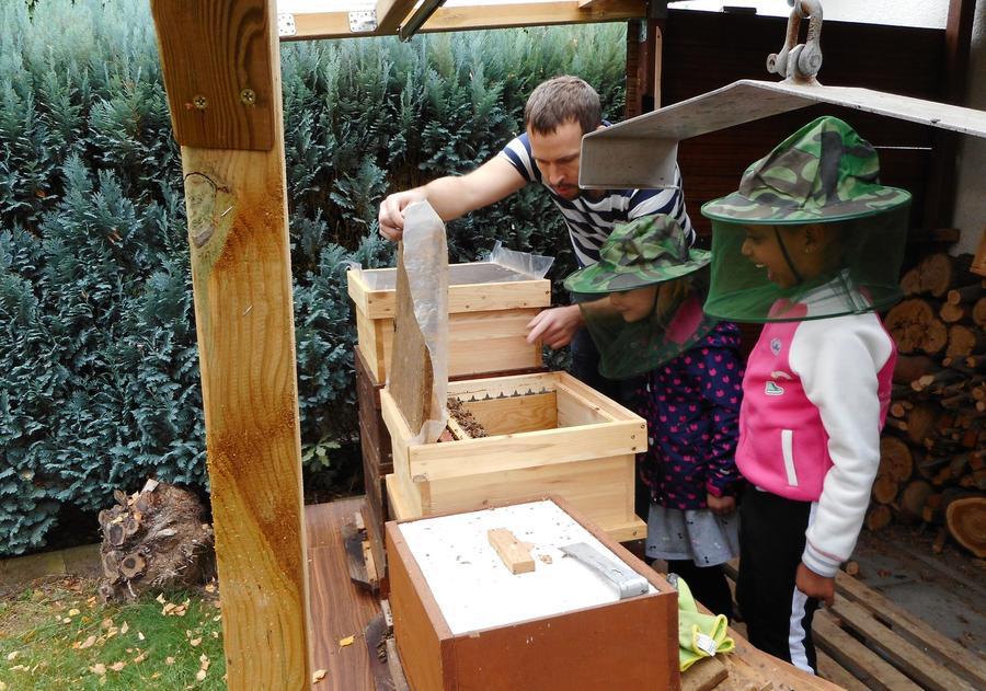 Kinder der Kita Alter Wetzlarer Weg helfen einem Imker