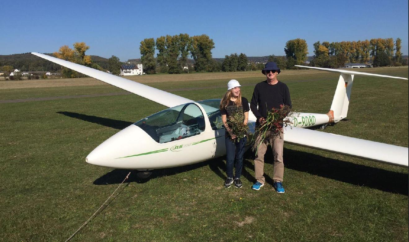 Kirstin Kittel und Helmut Stötzel vor einem Segelflugzeug