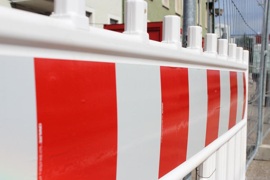 Straßensperrung - rot-weiße Barke