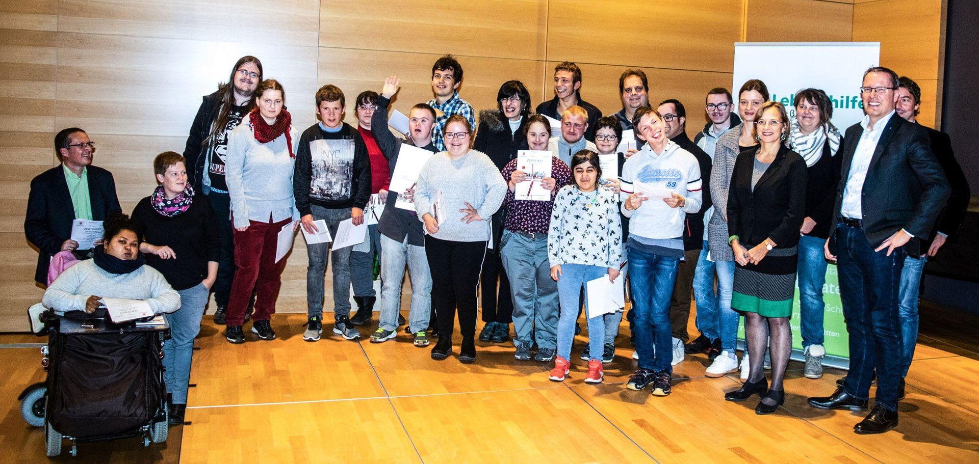 AbsolventInnen des Berufsbildungsbereichs der Lebenshilfe im Rathaus - Gruppenbild