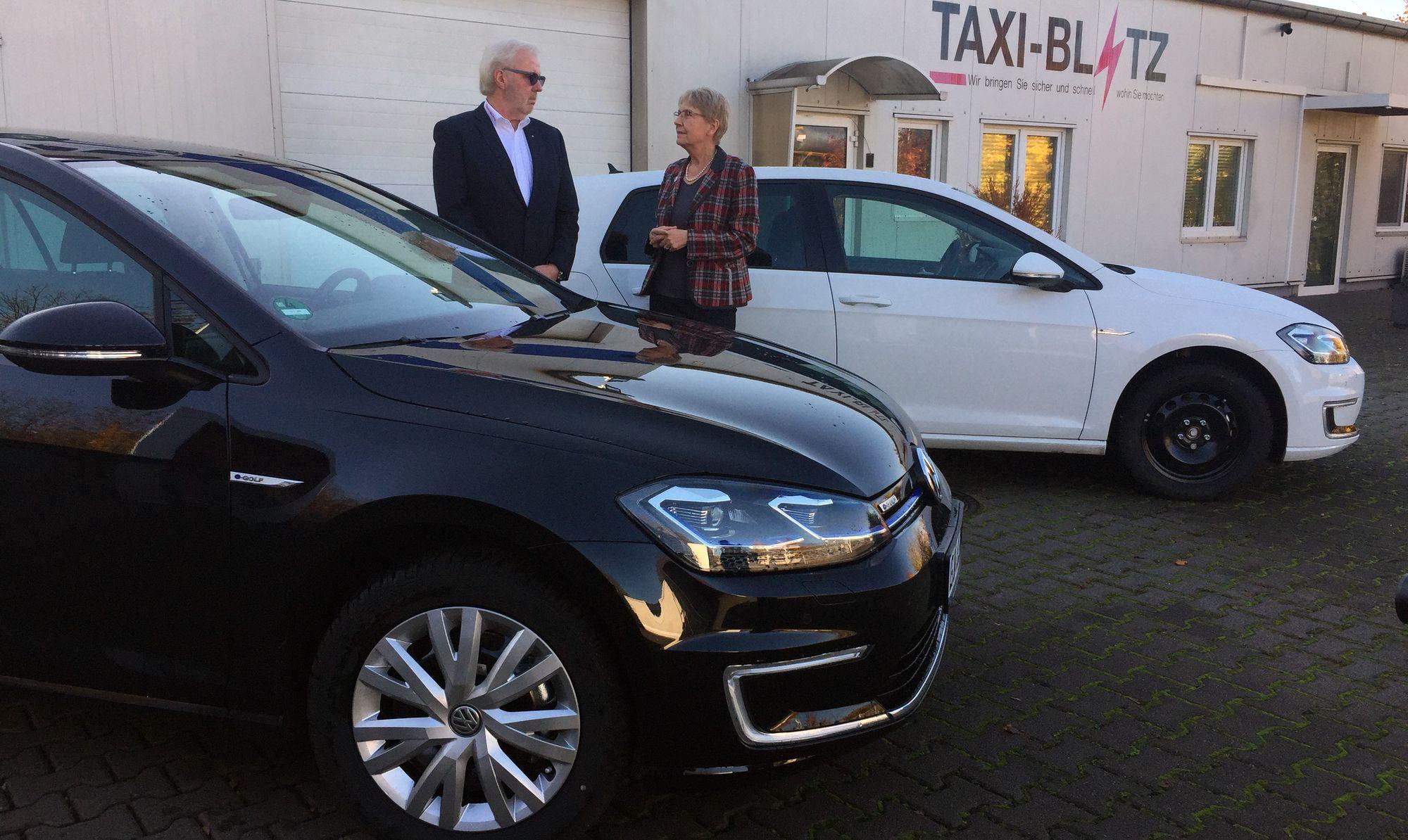 Stadträtin Weigel-Greilich und Uwe Müller von der Firma Taxi-Blitz mit den neuen E-Fahrzeugen