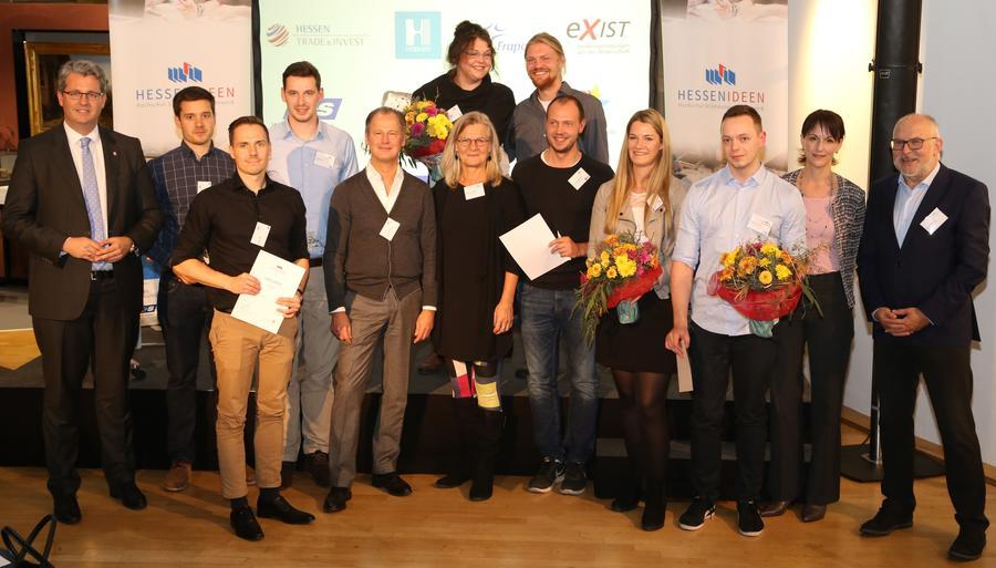 Das Gewinnerteam der JLU (Verena Krakau, vierte von rechts, und Christian Hartmann, fünfter von rechts) bei der Preisverleihung.
