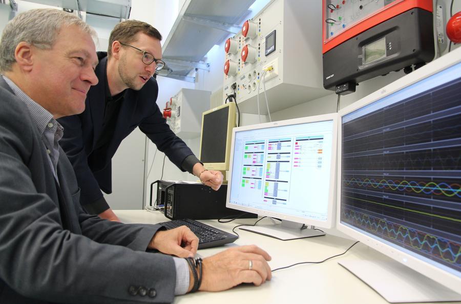 Projektleiter Prof. Thomas Stetz (rechts) und Laboringenieur Peter  Weimar setzen bei dem Forschungsvorhaben auf Smart-Grid-Technologien.