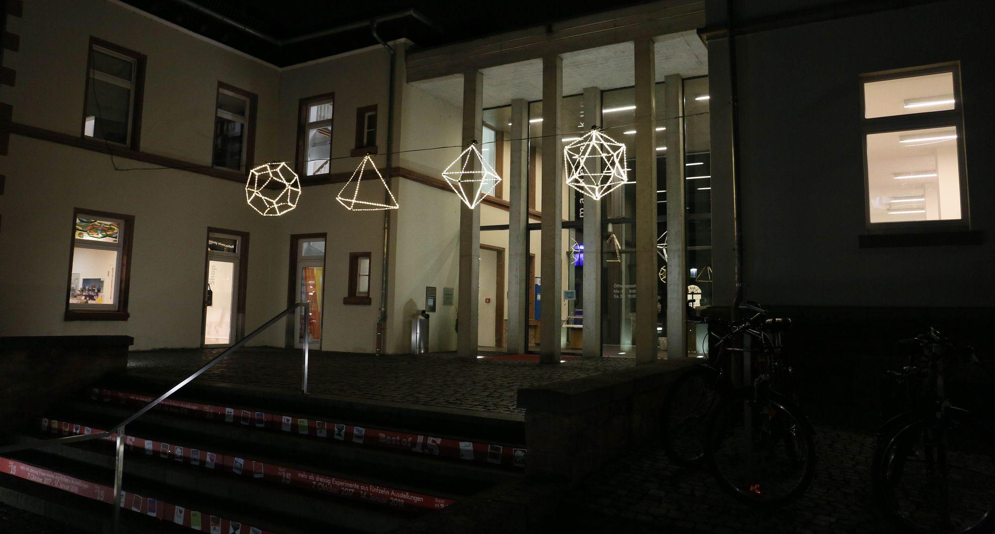 Leuchtende Weihnachtskörper im Eingangsbereich des Mathematikums