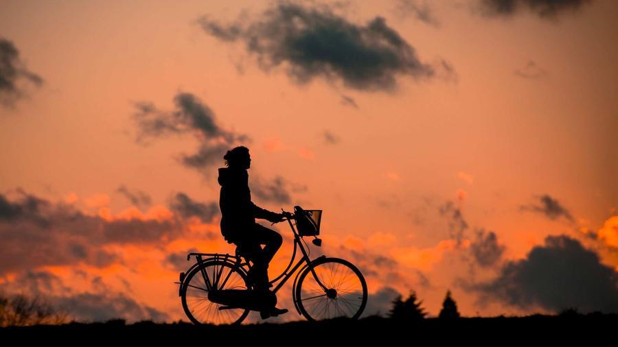 Fahrradfahrer in der Dämmerung