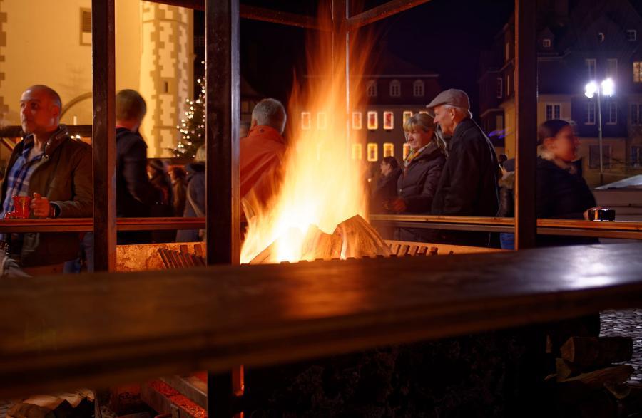 Wärmendes Feuer an einem Stand auf dem Gießener Weihnachtsmarkt