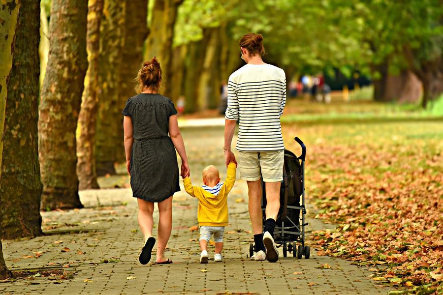 Familie beim Spazierengehen