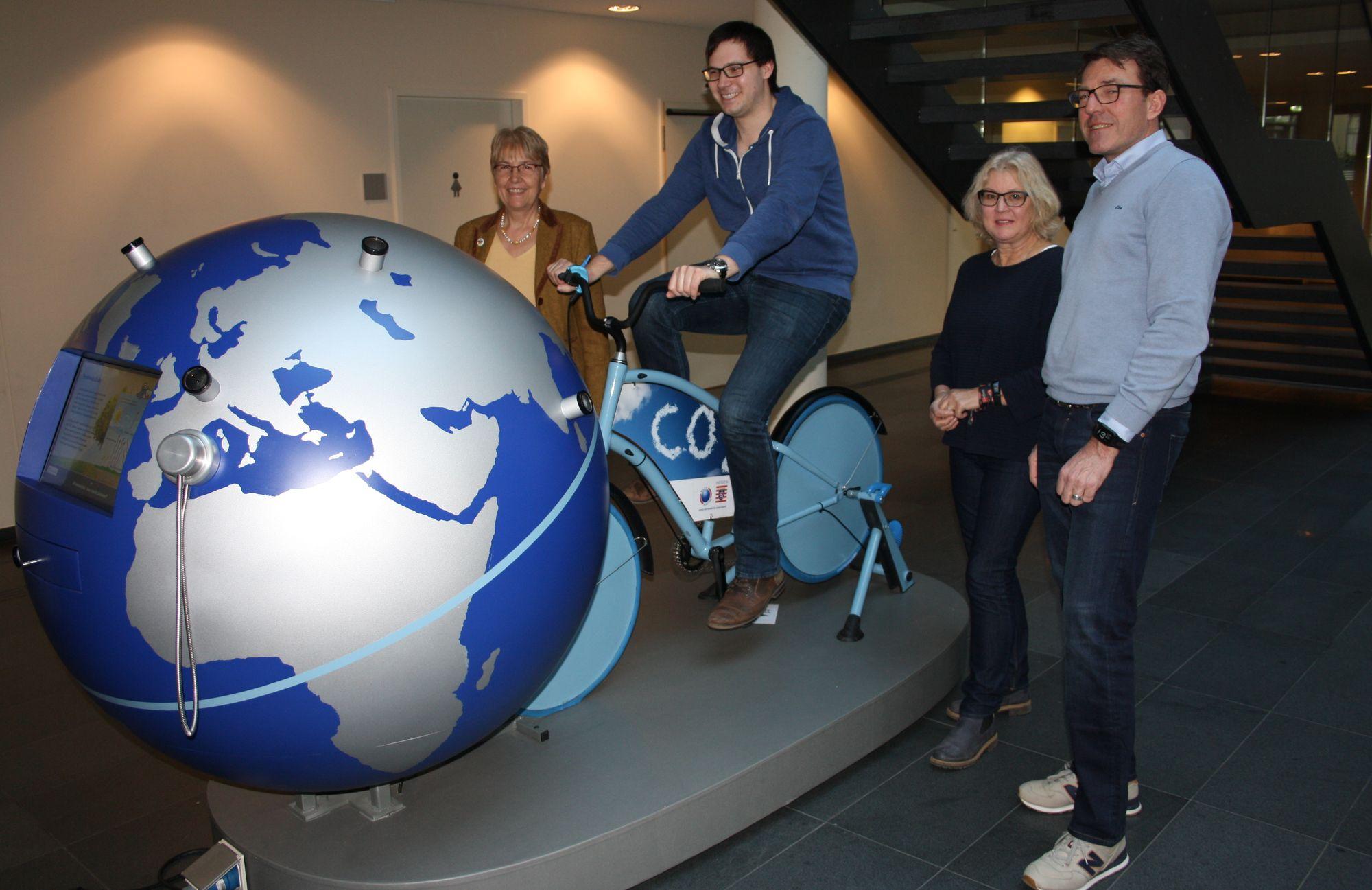 Gruppenbild bei Wanderausstellung zum Klimaschutz im Rathaus