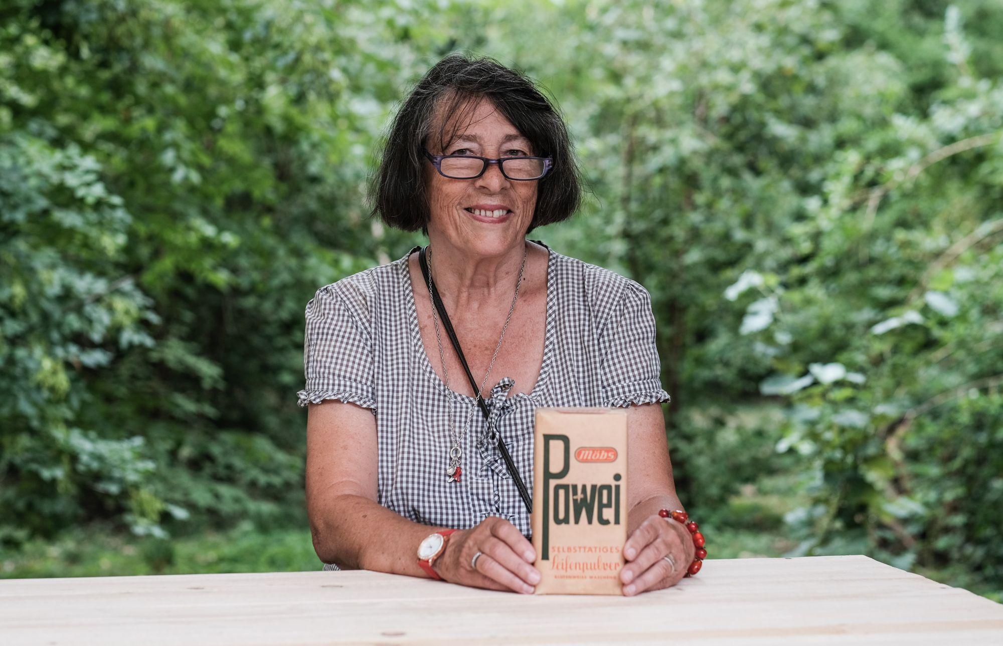 Ingrid Horst mit Pawei-Waschmittel