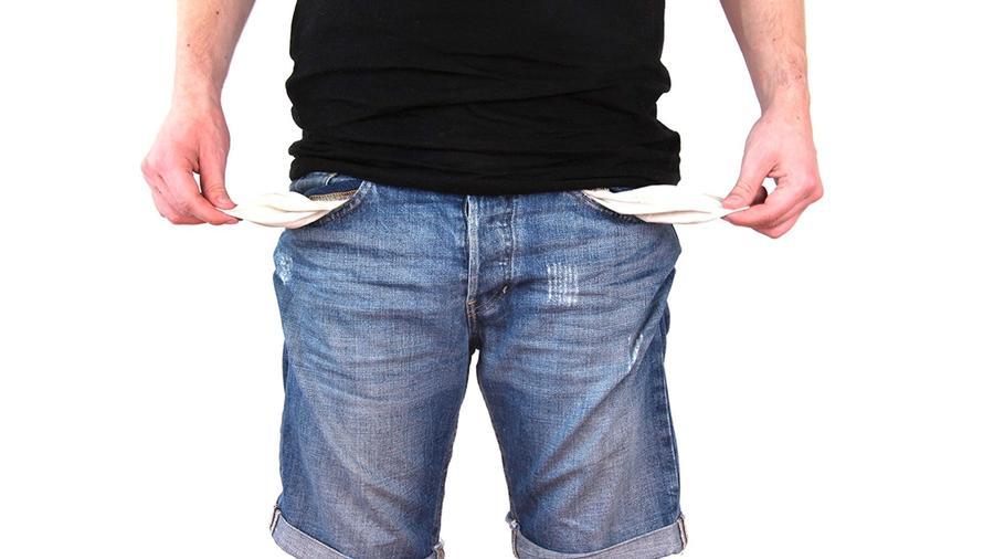 Ein Mann zeigt seine leeren Hosentaschen - Schulden
