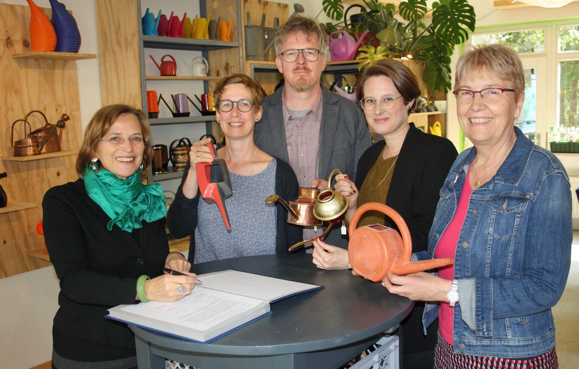 OB Grabe-Bolz unterzeichnet einen Vertrag im Gießkannenmuseum - Gruppenbild