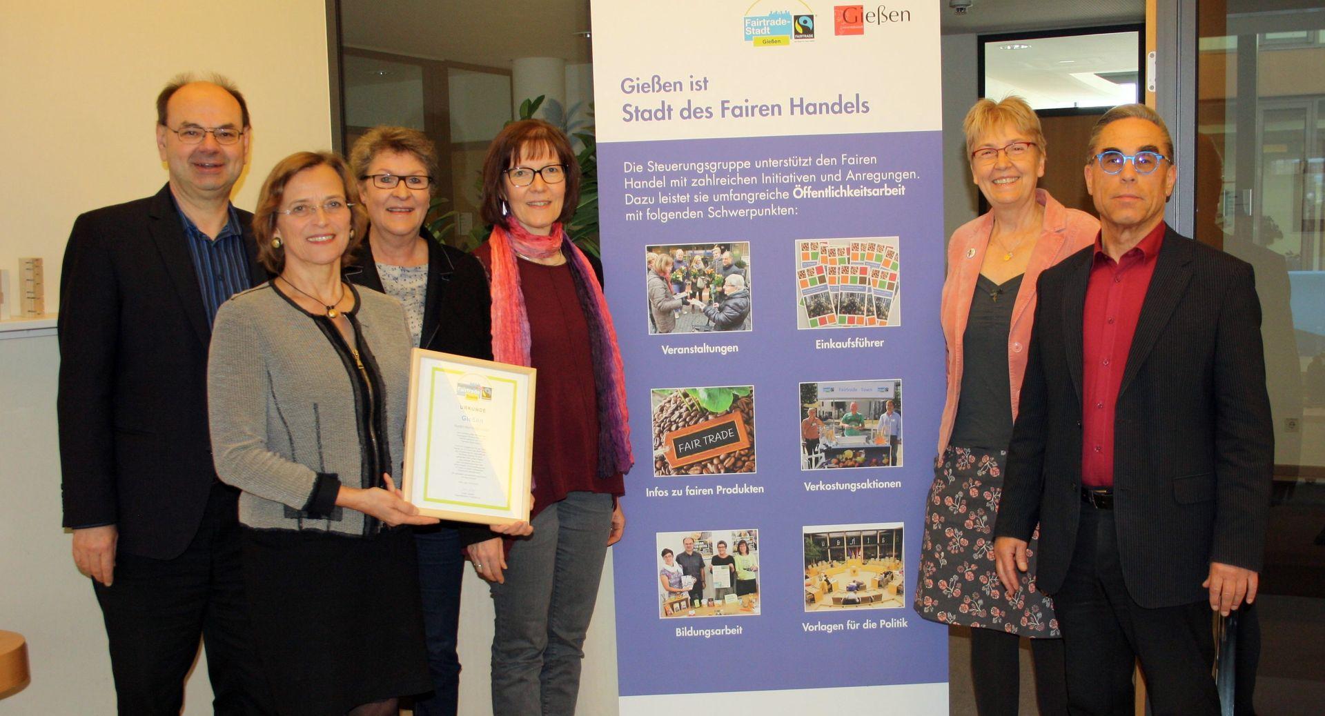 Gruppenbild beim Pressetermin zur Fairtrrade-Stadt im Rathaus