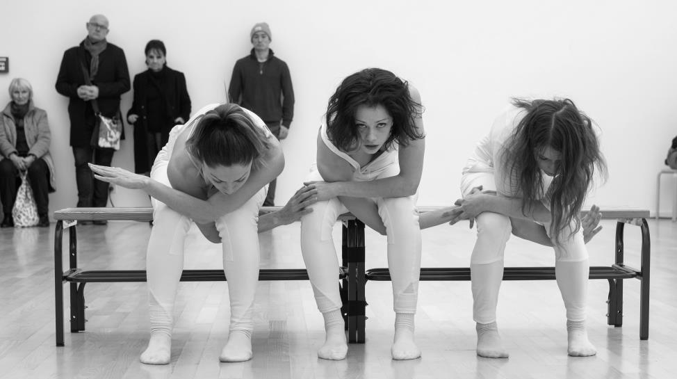 Tänzerinnen der Tanzcompagnie performen in der Kunsthalle