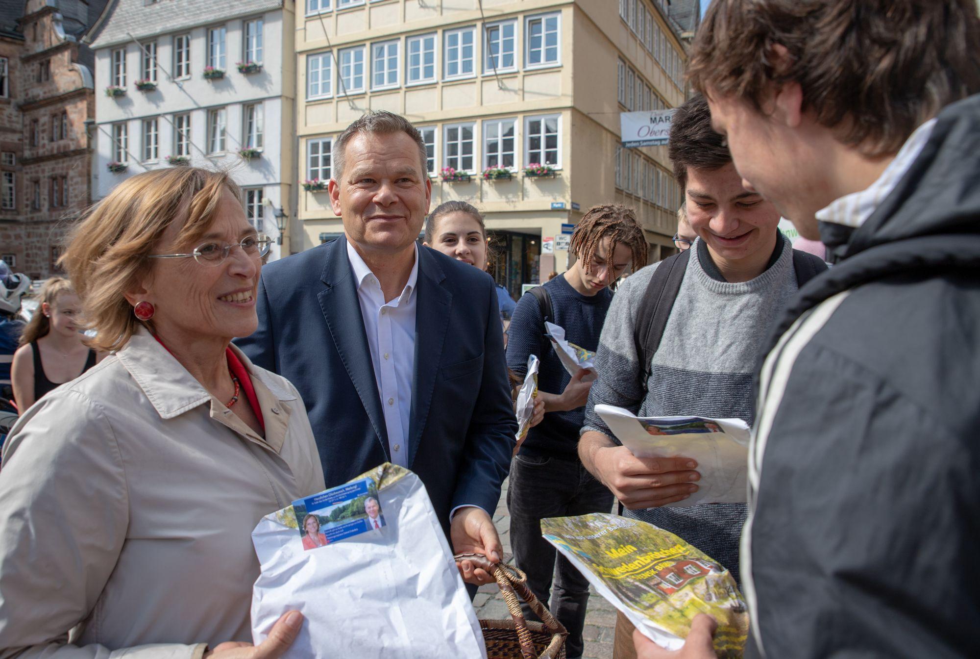 OB Dietlind Grabe-Bolz vrteilt mit Marburger OB Dr. Spies Knusperstangen in Marburg