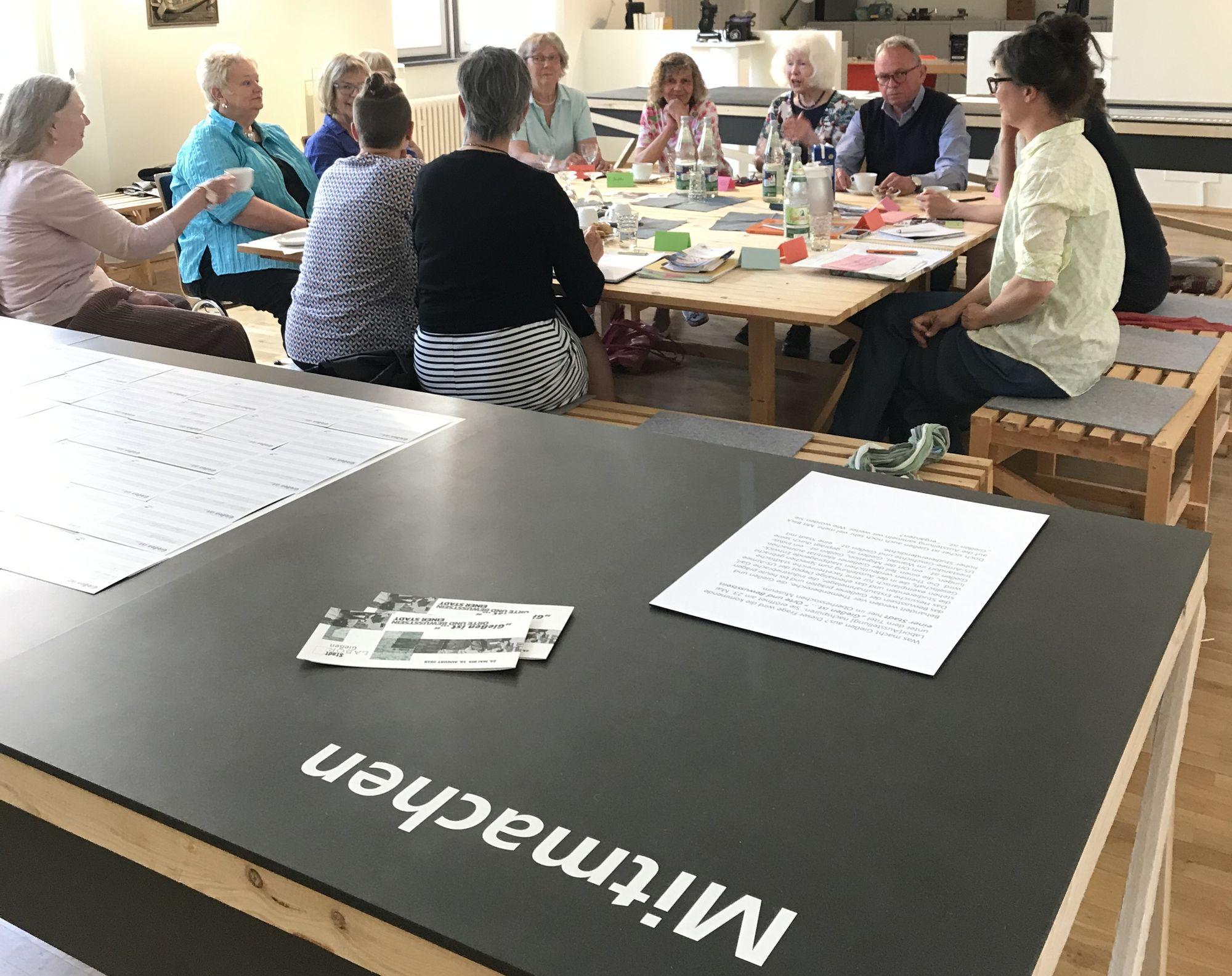 Teilnehmer*innen an Gesprächsrunde im Oberhessisches Museum