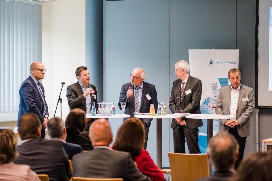 Tobias Koch (Prognos AG), Dennis Pucher (Breitband-Berater), Harald Metzger (Regierungspräsidium Gießen), Jürgen Richter (Hessisches Ministerium für Wirtschaft, Energie, Verkehr und Wohnen) und Rainer Schwarz (Oberhessische Versorgungsbetriebe AG) (von links)