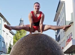 Sport in der City - Turner auf dem Kugelbrunnen in der Gießener Innenstadt