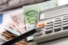 Geldscheine unter einem Taschenrechner