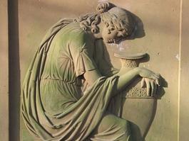 Alter Friedhof - Sitzende Trauernde