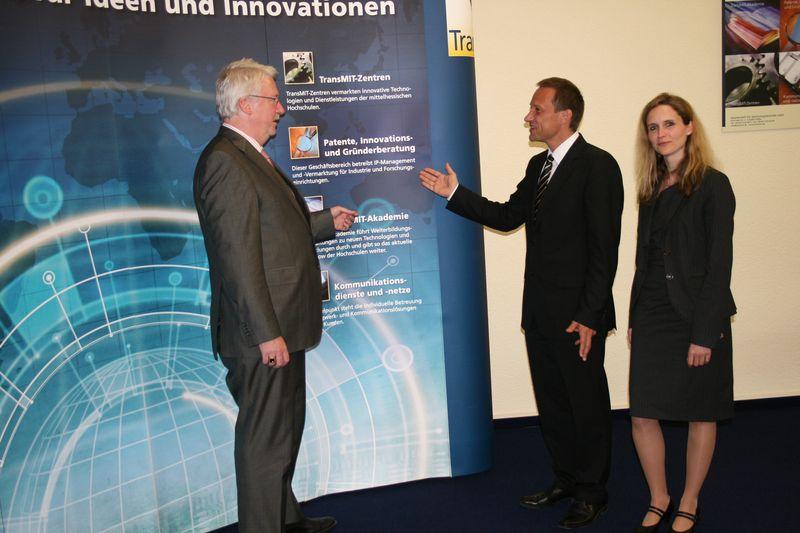 v.l.n.r.: Staatsminister Jörg-Uwe Hahn, Dr. Peter Stumpf, Dr. Iris Stallkamp