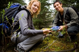 Zwei personen finden einen Geocache