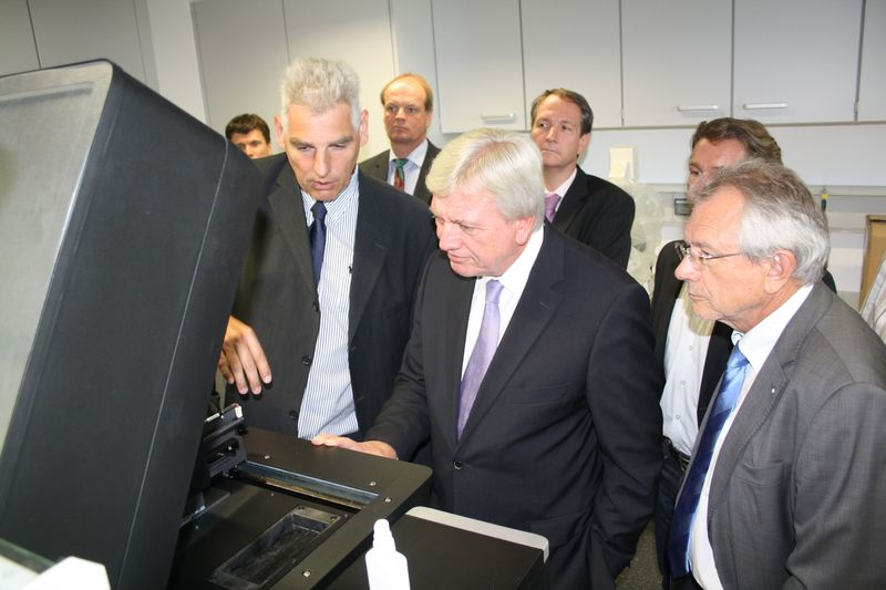 Prof. Martin Fiebich erläutert Ministerpräsident Volker Bouffier und TH-Präsident Prof. Günther Grabatin (von links) die Funktionsweise eines 3D-Druckers.