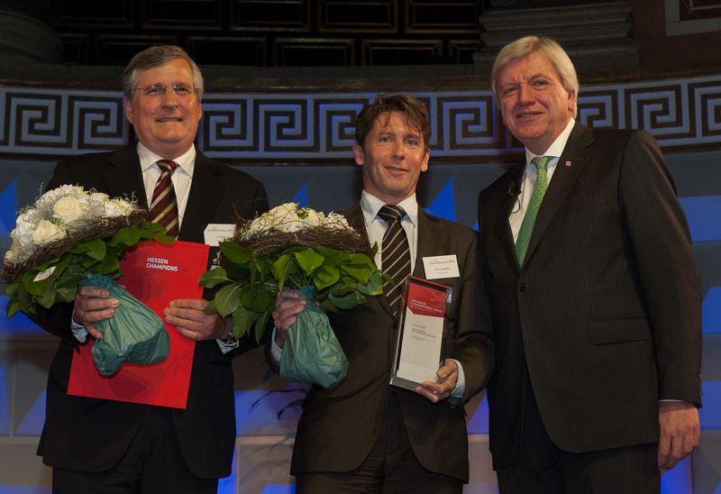 Bildunterschrift: (Von links) Gerhard Federer, Dr. Jan Tabellion und der Hessische Ministerpräsident Volker Bouffier bei der Preisverleihung im Wiesbadener Kurhaus (Bild: VhU)