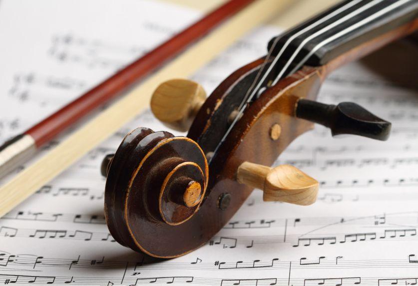 Violine liegt auf einem Notenblatt