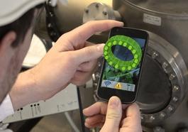 Über ein Smartphone erhält der Techniker anschauliche Anleitungen, die ihn bei Wartungsarbeiten unterstützen