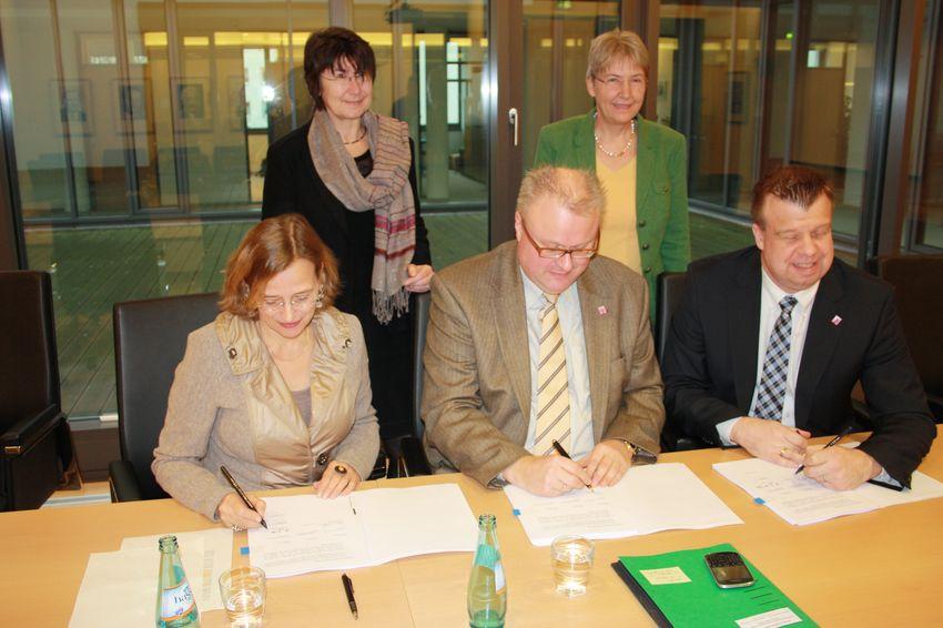 OB Grabe-Bolz und Finanzminister Dr. Thomas Schäfer bei der Vetragsunterzeichnung für den Beitritt zum Kommunalen Schutzschirm